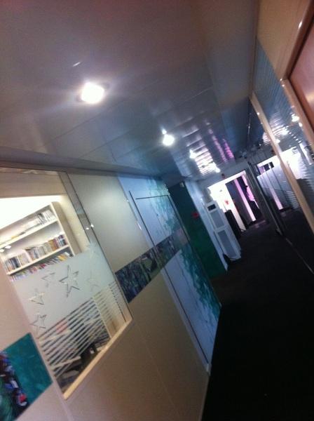 Le couloir que va emprunter Laurent Blanc pour accéder au plateau. #Blanc #Liste #Eurosport #18h