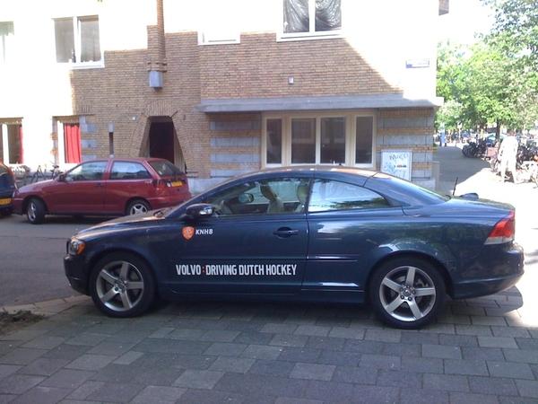 Ziet dat de Hockeybond het niet zo nauw neemt met de parkeerregels.