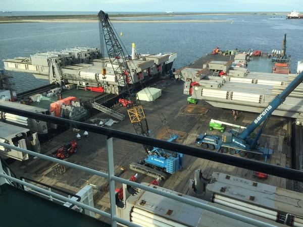 Vanaf de brug de, nu ligt de 'iron lady' tussen de 2 voorplechten. Daar tussen kan een heel boorplatform opgetild worden, met de 8 yokes die in totaal 30.000 ton kunnen tillen