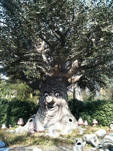 Crazy bitch tree. In de Efteling is iedereen gelukkig.