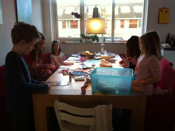 Björn leert 5 meiden om bootjes te vouwen. Wat een creativiteit!