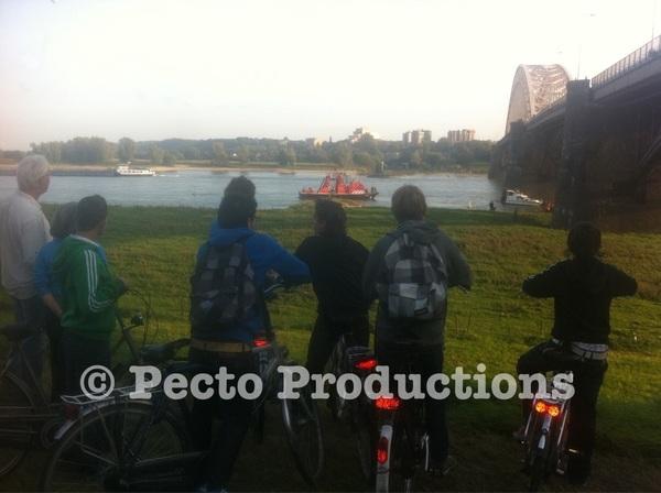 Speedbootje tegen pijler #Waalbrug bij #Nijmegen gevaren. Bootje hangt beetje scheef in water nu