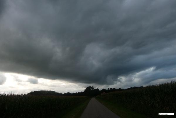 Donkere wolken , maar blijft droog in Nederweert .18.39 #buienradar
