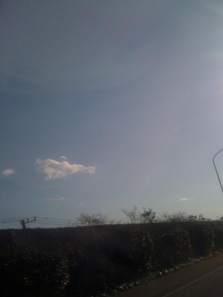 グァムより東京の方が良い天気だ。でも、薄い青だな。さっきまで海に浸かっていたのに、ラジオからスキーの歌が流れてきてて変な気分。