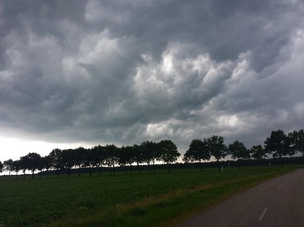 Onweersbui die richting het Noord-Westen van Duitsland trekt. Foto genomen in Oude Pekela - Groningen.  #buienradar