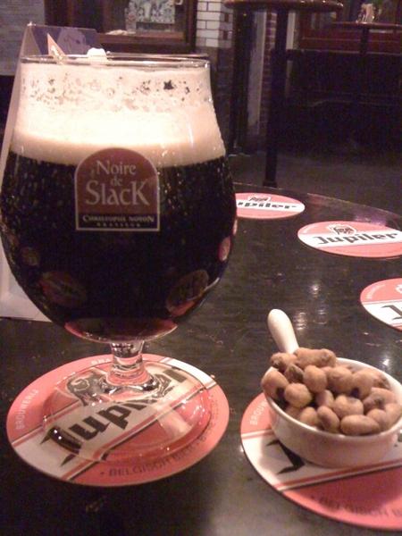 Zwart bier Noire de Slack met nootjes in de Bontekoe. Proost!