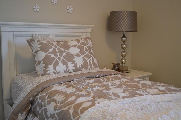 Czy poduszki z napisem są ciekawą ozdobą domu?