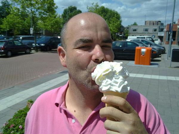 Een ijsje gehaald en nu onderweg naar de expositie van Marijke Pie incl. 10 min. #vertraging. #File.