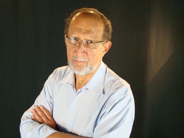 Emeterio Gomez economista y filosofo con su charla: Facebook y los Medios de Produccion Invisibles