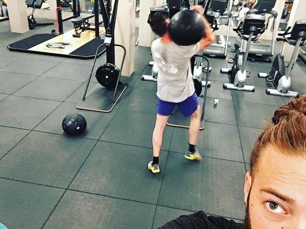 Eindelijk weer Rebel Monday! Doodziek was Ik.  Just 7 rounds;) - 12 cal Ski Erg - 8 x 50kg D-Ball over shoulder. (He did 70kg) I have seen the light... #vondelgym #crossfit #strength #conditioning #onamission *thanks @rubenrebell