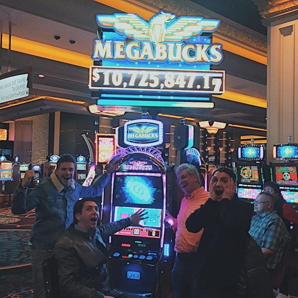 MEGABUCKS JACKPOT!!! 💰💸 #winnerwinnercaviaardinner #mgmgrand #casino #nooitmeerwerken #nooitmeernaarhuis #lasvegas