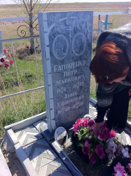 На кладбище у бабушки и дедушки по маминой линии