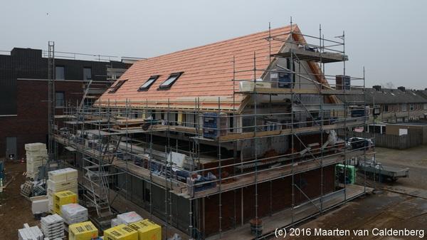Bij de nieuwe woningen in @wijkmolenhoek  #rosmalen heeft @bouwenisbeleven  het dak erop gelegd