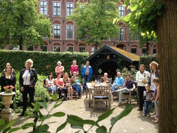 Publiek geniet in tuin Muurhuizen 33-A van eerste optreden #Struinen