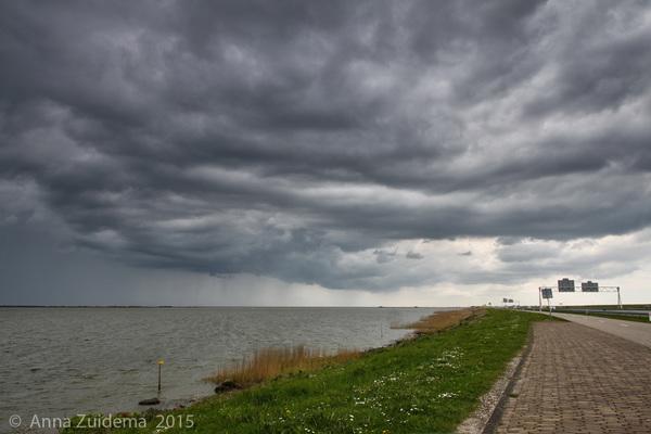 Kolkende Wolken IJsselmeer Afsluitdijk Friesland 13.45. Op het Wad scheen de zon! #buienradar