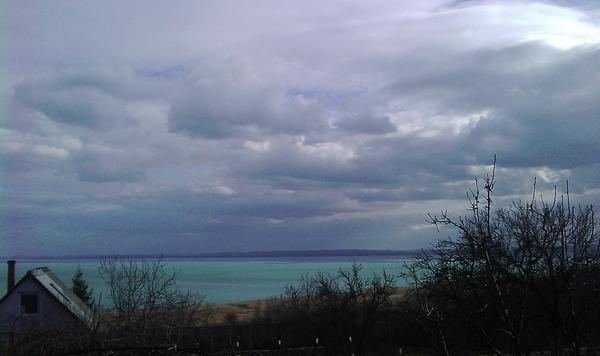 Gyönyörűen kék a Balaton, sárga a nádas, törnek elő a színek a múló tél csendjéből.