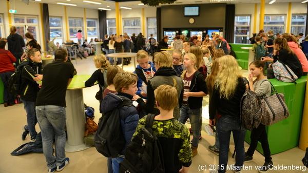 Tijdens de #tafeltjesmiddag @Rodenborch #rosmalen konden de #brugklassers hun #rapport aan hun #groep8 docent laten zien