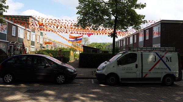 heerlijk een dagje zonnig weer in hoogvliet. vlaggetjes ophangen met de buurt.  #buienradar