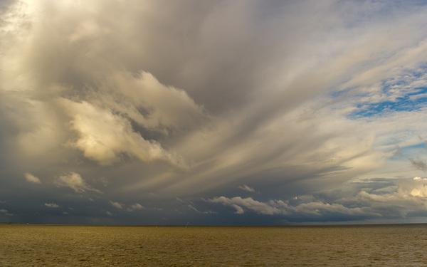 Harlingen om 09.30 uur Regenwolken boven de Waddenzee. #buienradar