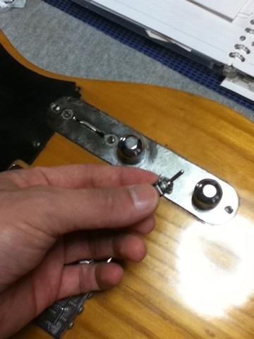 テレキャスターのピックアップを直列接続できるようにミニスイッチを取り付ける改造をします。