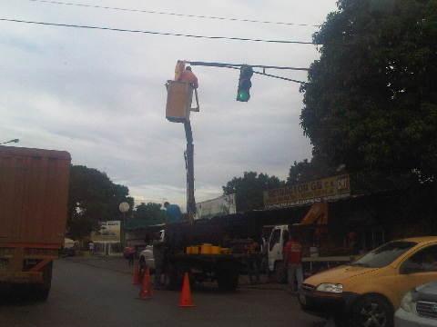 D noticagua Reparaciones en el semáforo de Punto Fresco.