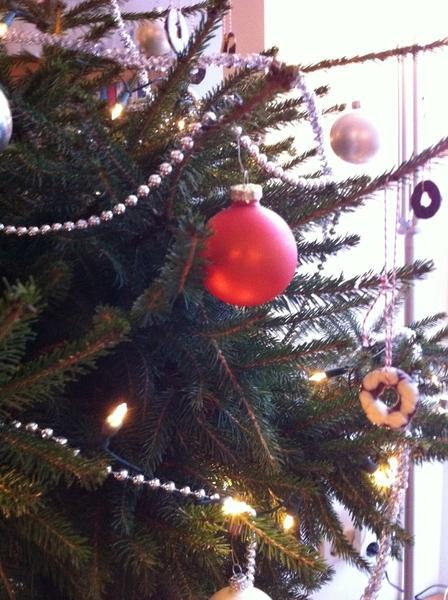 Een sfeerimpressie van onze kerstboom. (ook niveautje kerstkaart van de Aldi)