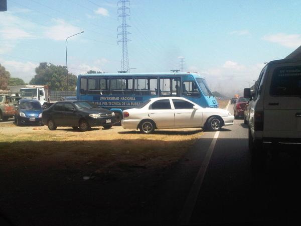Donde están las autoridades? Carro dando vuelta en U en plena #arc @victoria1039fm @policía_ARAGUA