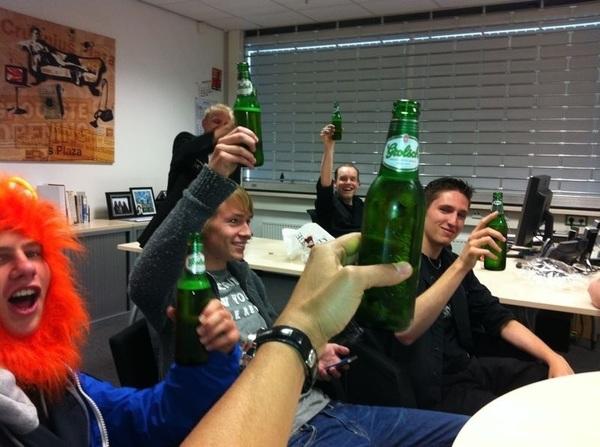 Voetbal kijken in het kantoor van de grote baas, zinder de grote baas, met bier :) #mm #prima