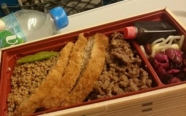 長い一日が終わった…!牛肉弁当~~ 今日は京都の仕事の日だったんだけど、前後に色々と用事を詰め込んで、隙間のない過密スケジュールでした😅