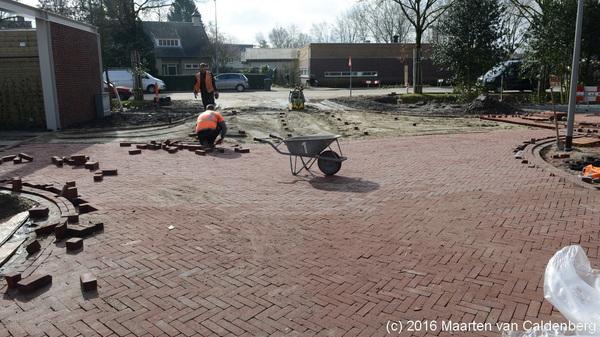 Gemeente @shertogenbosch haalt na meer dan 1,5 maand #pallets met stenen weg in #rosmalen waardoor bewoners al die tijd niet met de auto bij voor en achterdeur konden komen