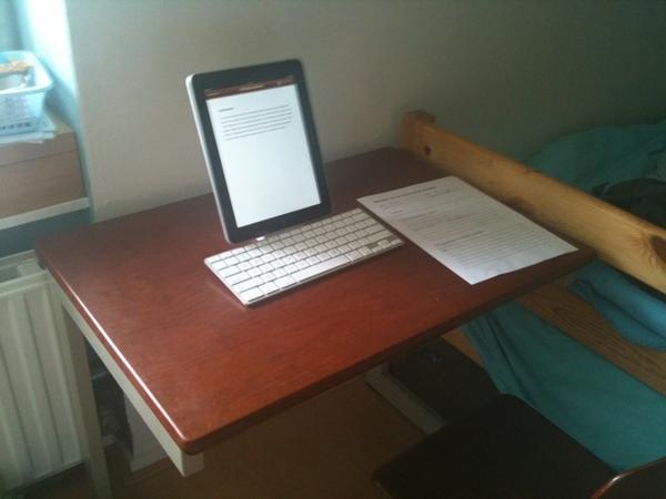 Mees kan aan zijn werkstuk werken ... op de iPad
