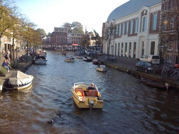 Drukte op het water in het zomerse en fraaie #Leiden #heerlijk