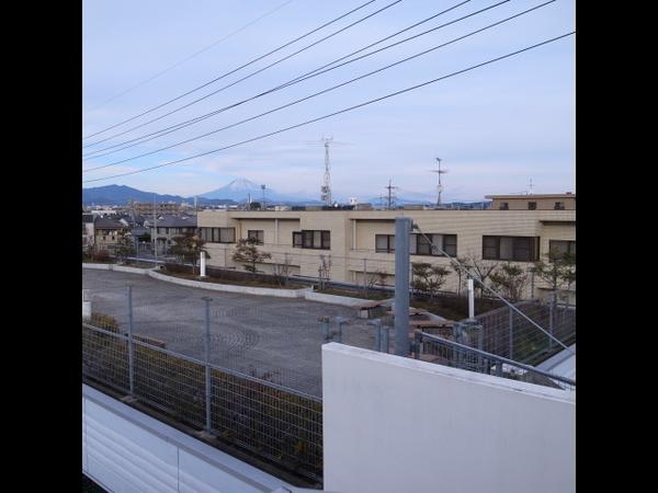 静岡に着いた。富士山がよく見える。遠いけれど。