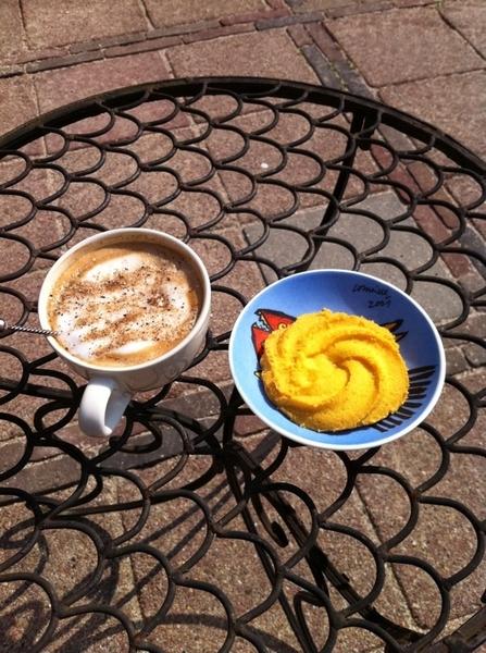 In achtertuin, beentjes omhoog, Ristretto met koek, heftig zonnetje #zwitserlevengevoel