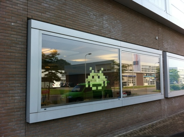 Post-it pixel art: space invaders bij @emotion_nl