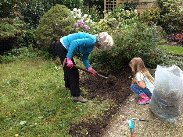 Oma helpen in onze tuin