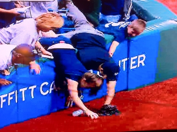 (1/2) #Yankees fan pries foul ball out of hands of young girl at Trop in Tampa