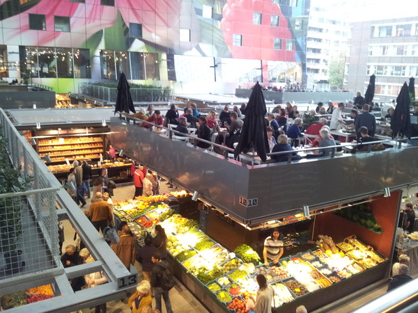 In de #markthal in #Rotterdam. Eerste indrukken: gezellig, druk en (nu al) smerig