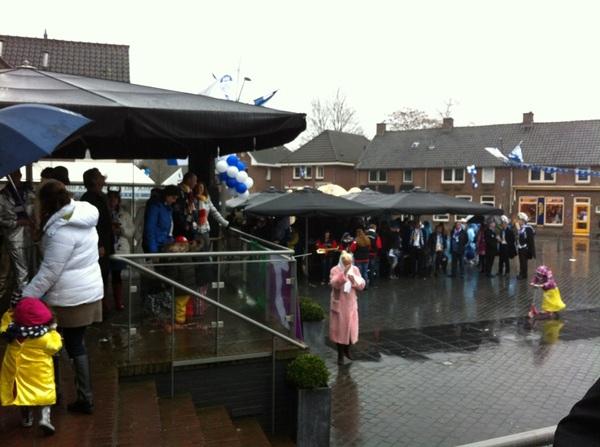 Programma van de Intocht 2012 is begonnen, iedereen staat te schuilen onder parasollen. #Rosmalen