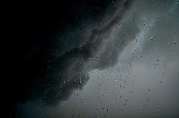 Regendruppels en zeer dreigende onweerswolken. #buienradar