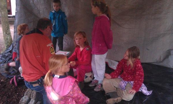de #bevers van #scouting #vwolmen luisteren naar het voorlees verhaal in #eigengemaakte #hut