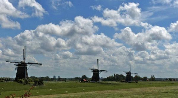 Hollandse wolkenlucht boven de Molendriegang van Stompwijk #buienradar