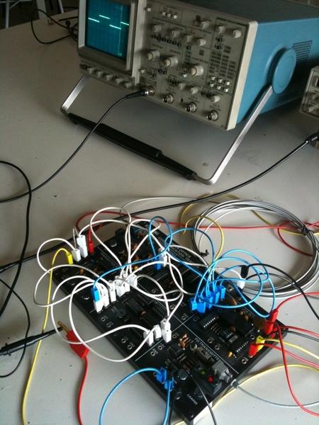 oggi in laboratorio spiegazione del funzionamento del TDM (modulazione a divisione di tempo) su un collegamento a fibra ottica