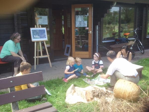 #Landelijke #Imkerdag 2011 ook in #Rijswijk, de kids luisteren zeer aandachtig naar het verhaal van de Rijswijkse imker.