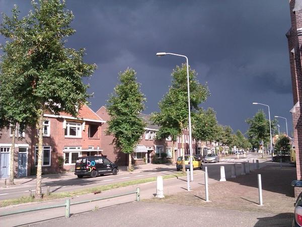 De zon schijnt nog. Maar, die zal verdreven worden door een dreigende lucht! #buienradar