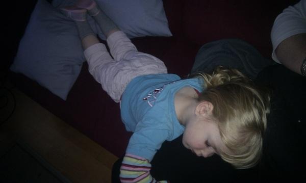 Onze Fem is waarschijnlijk toch een beetje ziek. #warm en #slapen op mama.