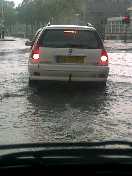 Mooie wateroverlast op de weg.