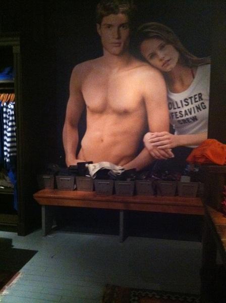Miren en la tienda Hollister!! Que asi  @PeeWeeMusic aga una foto para una tienda! Vdd