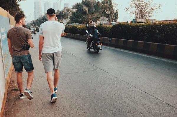 Exploring mumbai!🚶🏻 @daveyharte 📸 Photo credits: @robbertkemperman