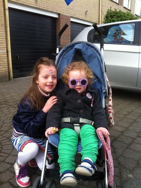 De meiden zijn klaar voor de Vrijmarkt!